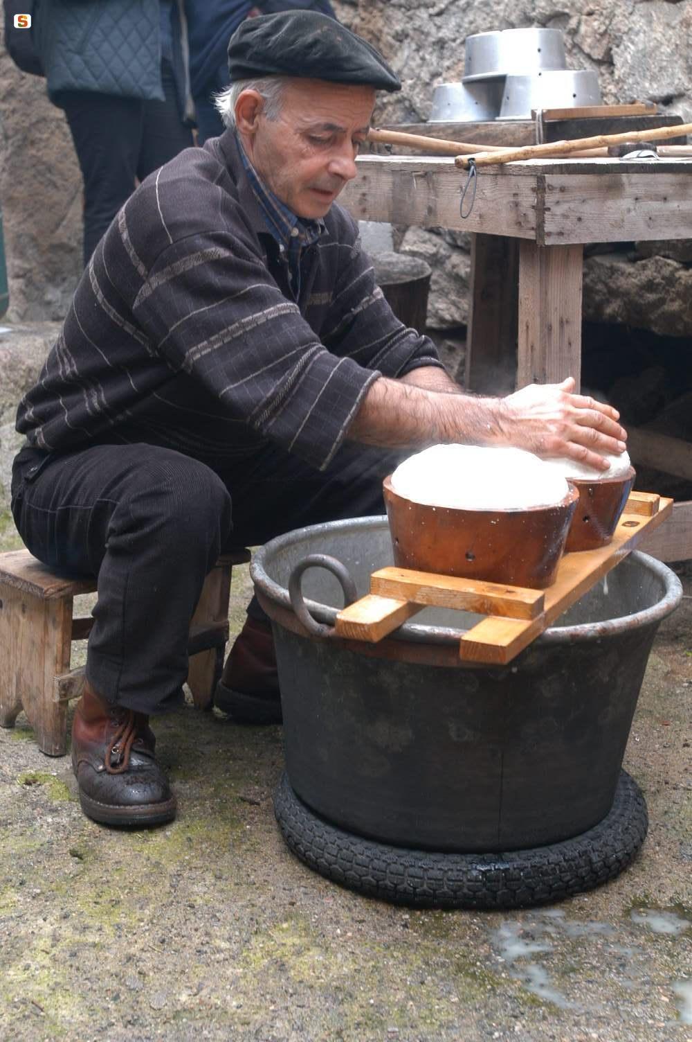 Anziano sardo facendo il formaggio