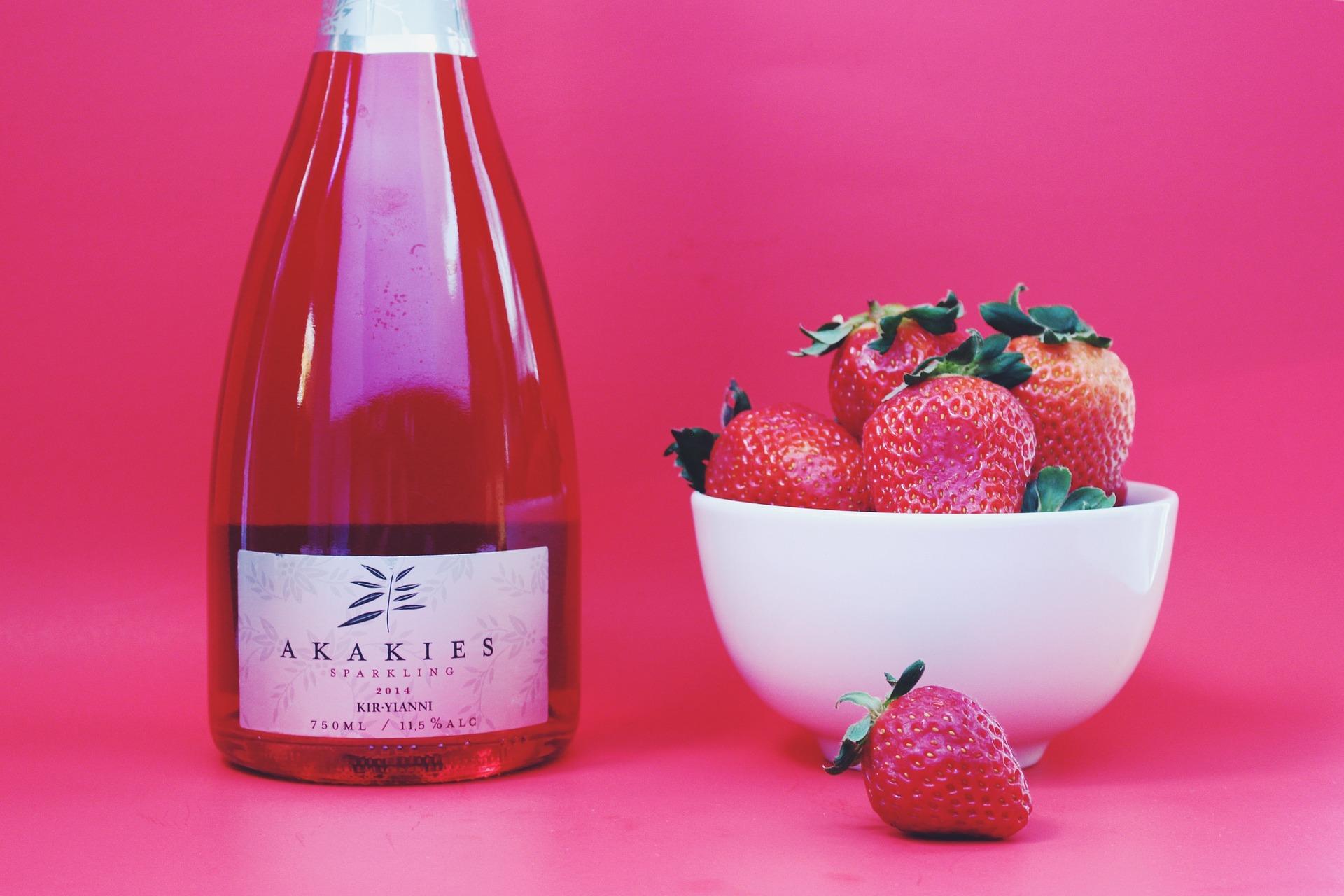 Vino rosato con fragole