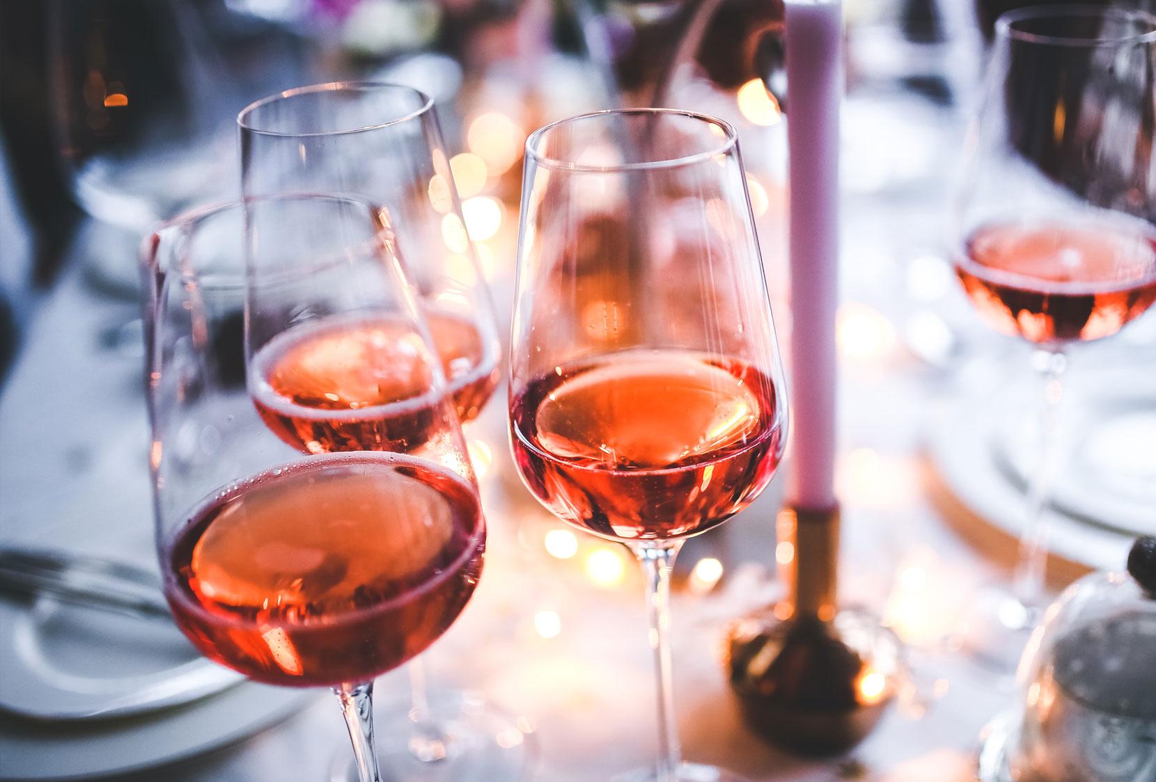 Bicchieri di vino rosato