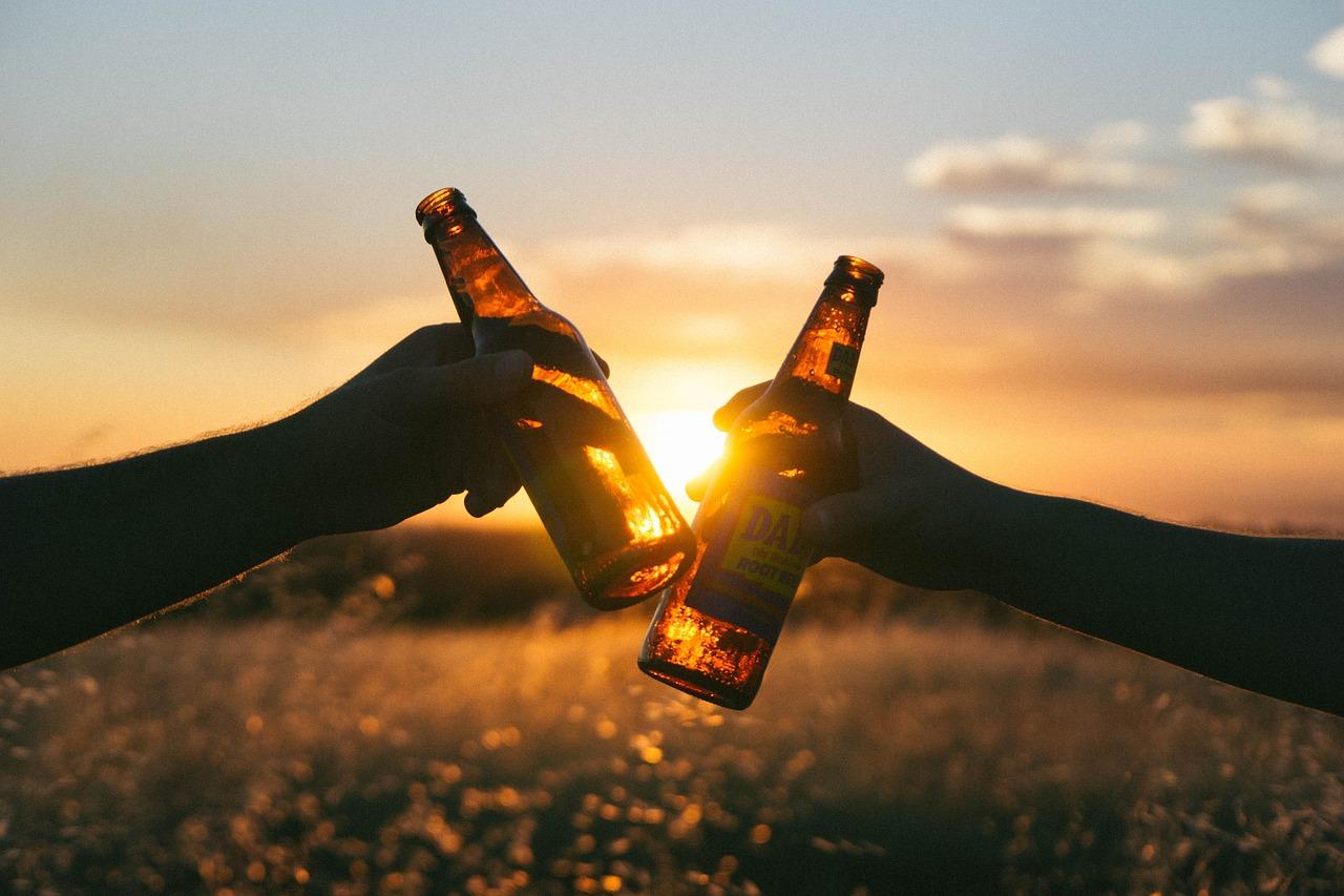 Brindisi col la birra al tramonto
