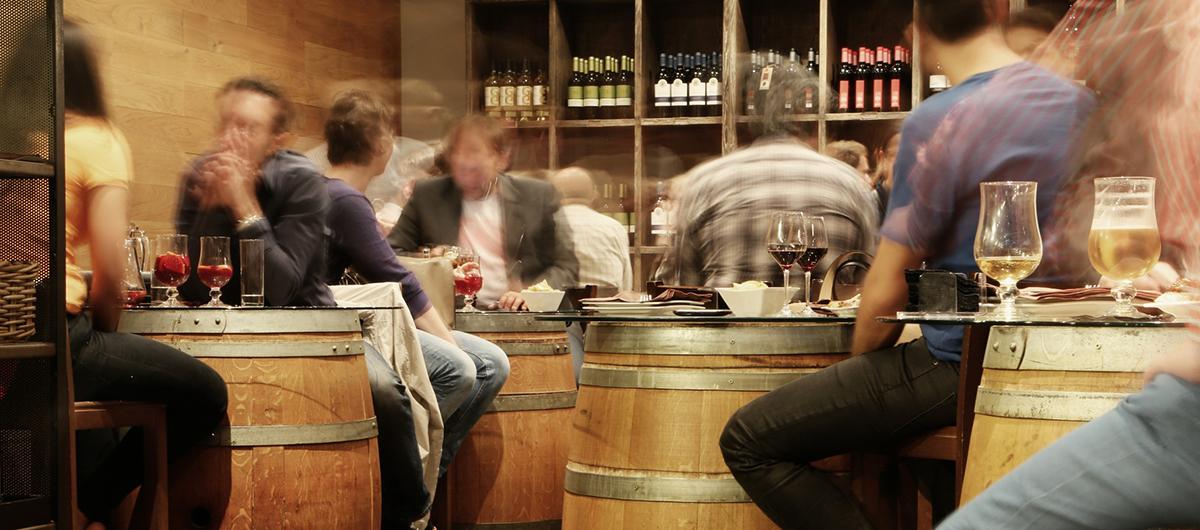 Appassionati degustando vino in un winebar
