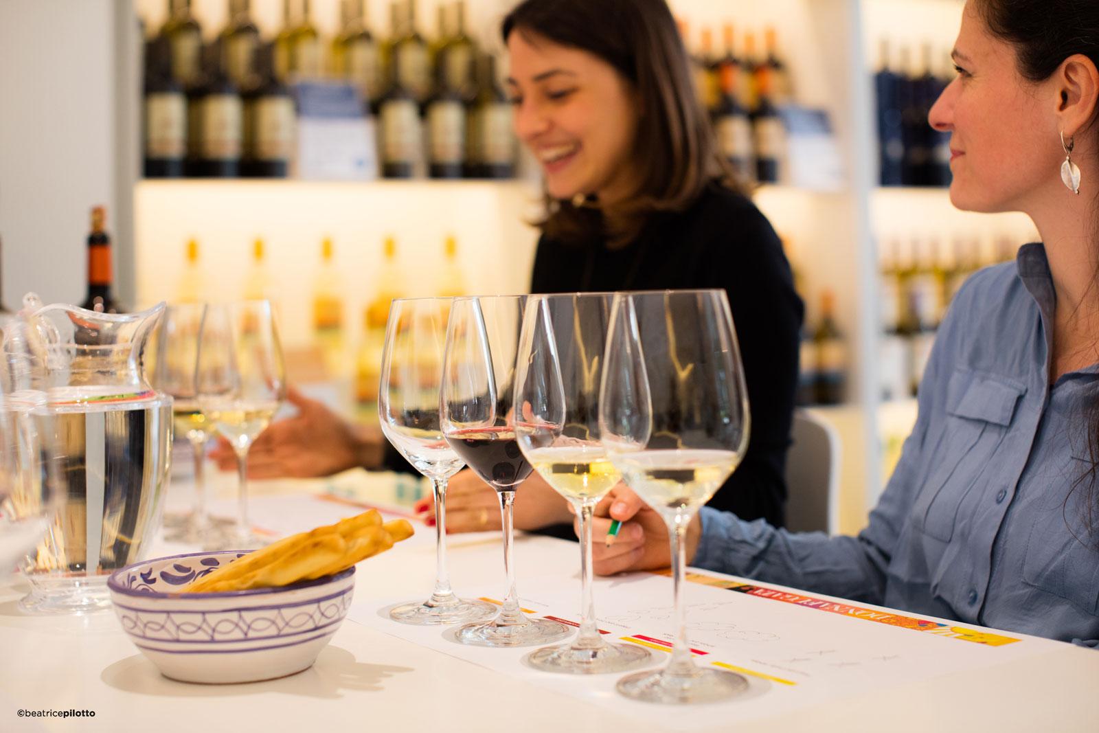 Giovani ragazze degustano vino