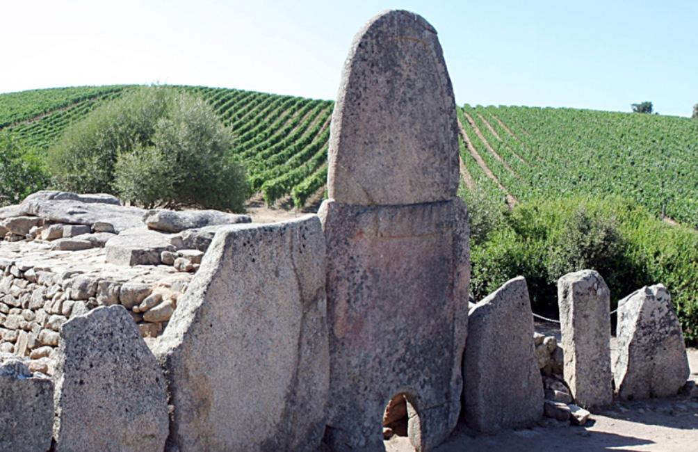 Tomba dei giganti di Coddu Veccju in Vigna Capichera Arzachena