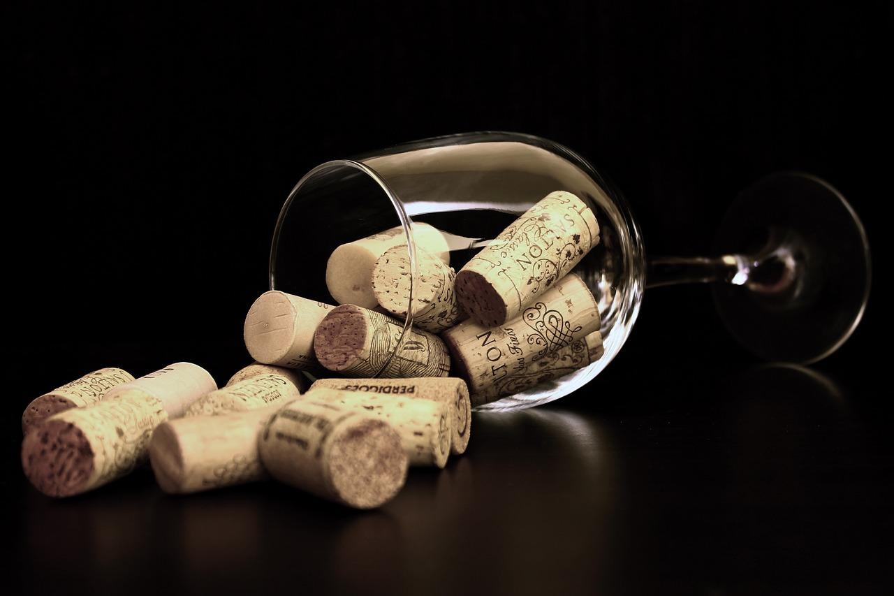 Tappi di sughero vino dentro il bicchiere