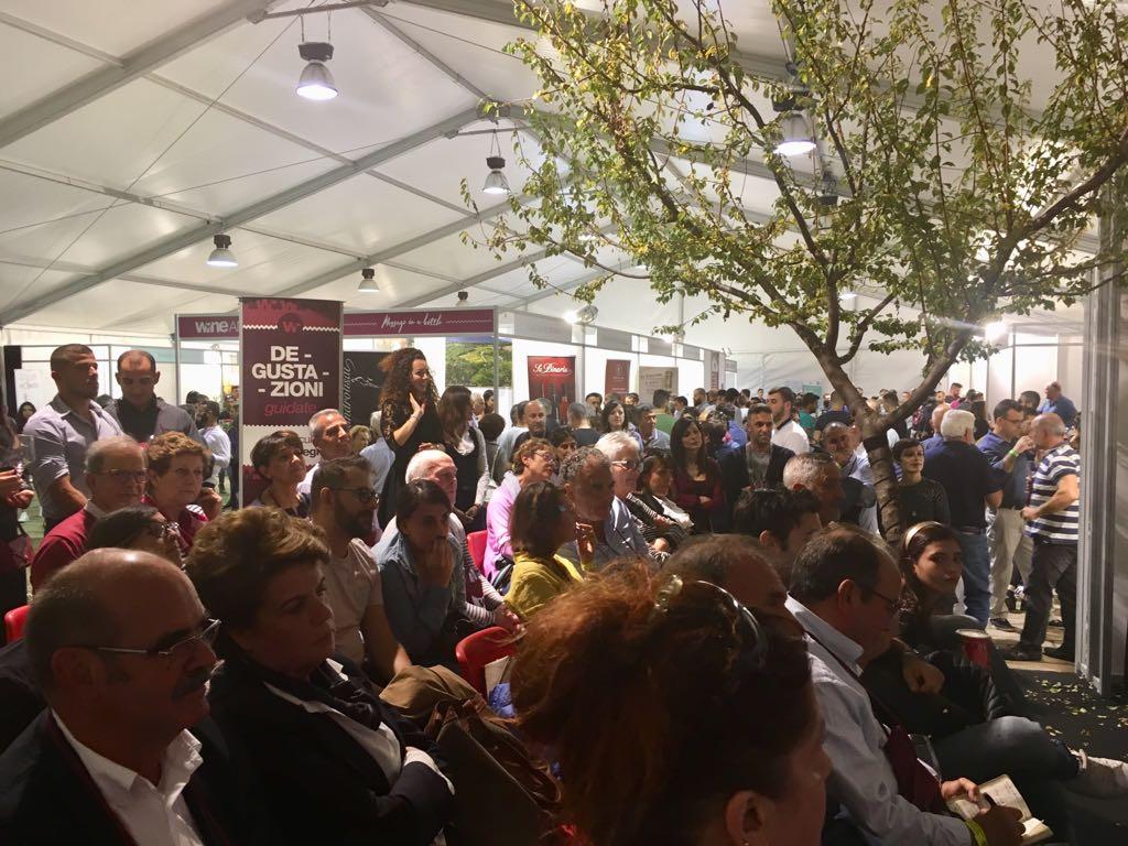 Folla di curiosi al Wine and Sardinia
