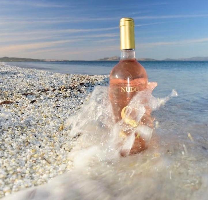 Nudo vino Siddura in riva al mare